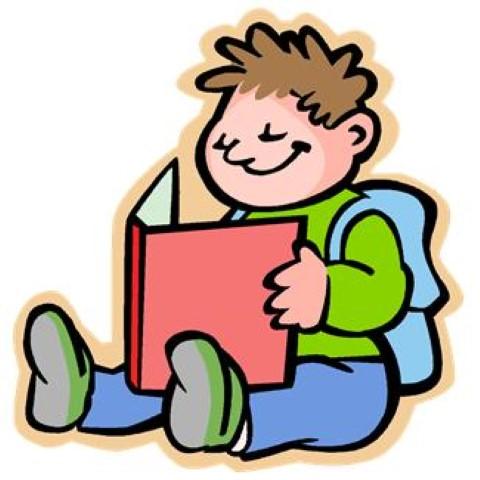 Junge liest Buch und lächelt